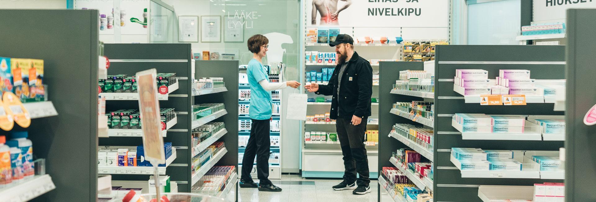 Mies asioi apteekissa.
