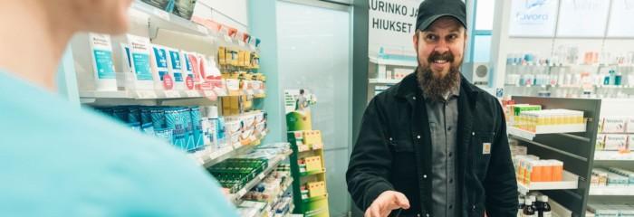 Mies asioi apteekissa,