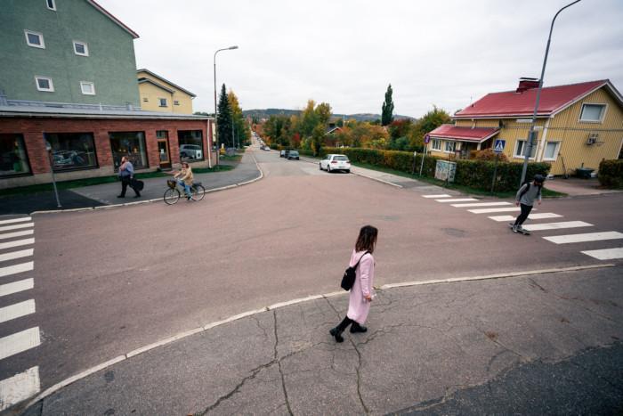 Ihmisiä liikkumassa eri tavoin kaupungin kaduilla.
